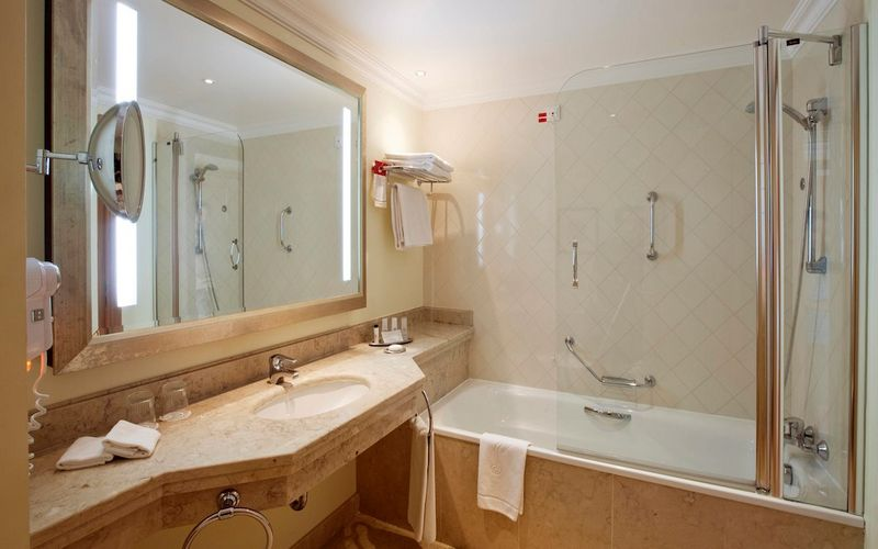 marriott praia d'el rey bath room