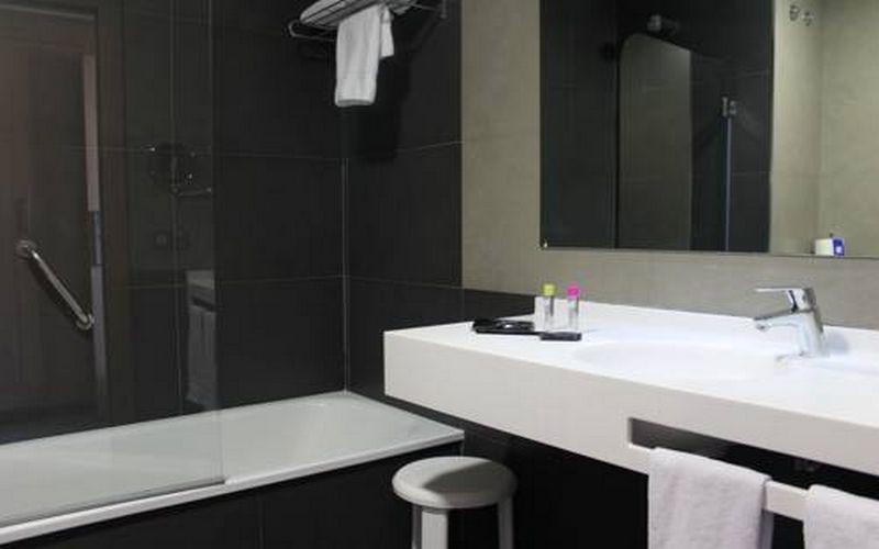 Hotel Flash bathroom