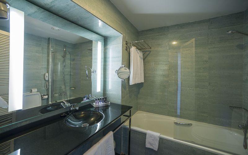 vila gale ampalius golf hotel bathroom
