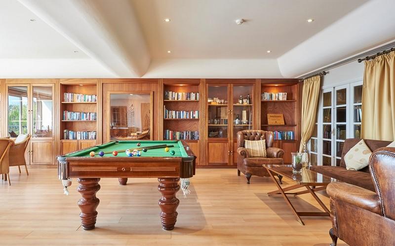 dona filipa hotel pool table
